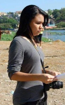 Julie Estévez Güílamo, joven comunicadora y comunity manager, anda con mochila y cámara al hombro para compartir su perspectiva particular de la realidad, con un a veces desafiante y siempre mordaz estilo narrativo.