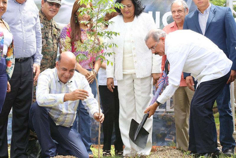 El presidente Danilo Medina y el ministro Bautista Rojas Gómez plantan una caoba.