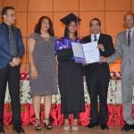 Evelyn logra notas sobresalientes en curso de portugués de la UASD