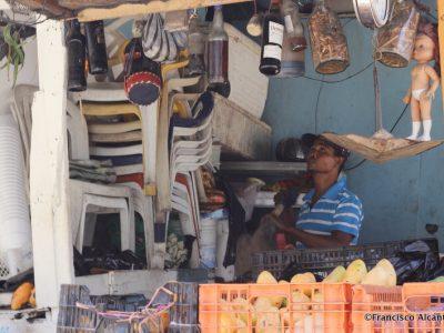 """Un vendedor de frutas también oferta raíces para los que atreven a fermentar el ron en la """"mamajuana"""""""