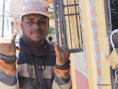 Un obrero saluda, en forma peculiar, el lente de la cámara de Francisco Alcántara.
