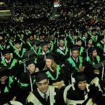 Estudiantes de dos universidades atados a las togas de una rectora
