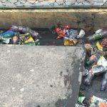 Basura y aguas pestilentes en la Escuela República de Jamaica